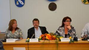 Vörås kommundirektör Christina Båssar, kommunstyrelsens ordförande Rainer Bystedt och fullmäktiges ordförande Katarina Heikius.