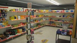 Livsmedel på hyllor i butik