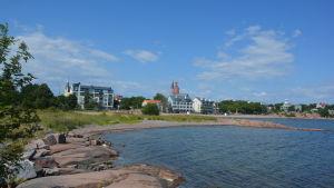 Vy från Fabriksudden mot stranden vid Havsgatan i Hangö