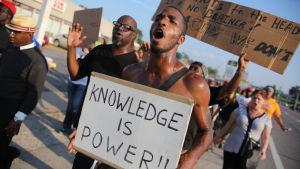Demonstrationer i Ferguson under måndagen.