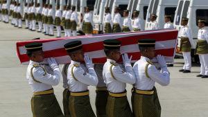 Dödsoffer från plannedskjutning förs hem till Malaysia