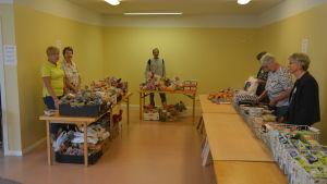 Totalt omkring 15 personer hjälper till i Ekenäs matbank.