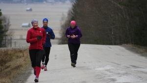 Anna Kultalahti och Sandra Sundvik tränar backträning i Sundom, Vasa, med sin PT Mika Lehtonen