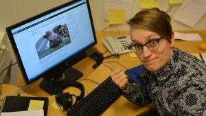 Axel Åhman från Humorgruppen KAJ gör sitter vid en dator och gör Svenska Yles dialekttest