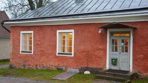 Tekniska kansliet i Sjundeå har en tid varit inhyst invid Svidja slott.