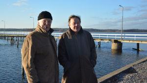 T.v. Bengt Lundström (bor i Södra viken i Ekenäs, med i arbetsgruppen för Södra viken) och och Gustav Munsterhjelm, miljöchef i Raseborg..