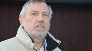 Konstnären Leif Stenwall bor i Södra viken i Ekenäs och är med i arbetsgruppen för Södra viken.