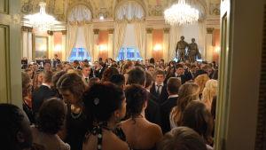 Niondeklassisterna i Vasas grundskolor firar självständigheten.
