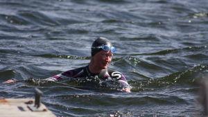 Anna simmar i öppet vatten för första gången