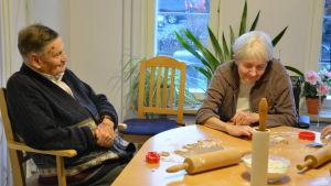 Elof och Ghitta bakar pepparkakor