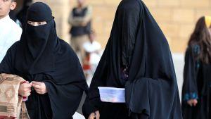 Saudiska kvinnor i niqab och abaya.