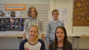 (Övre raden från vänster:) Emma Björkqvist (åk 9) från Hakarinteen koulu och Cedrik Sandell (åk 7), Ida Westerlund (åk 8) och Eva Bussman (åk 8) från Ekenäs högstadieskola.
