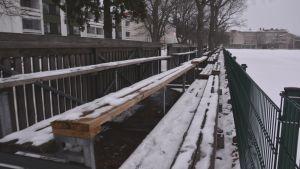 Läktarsektion täckt med snö vid Ladugårdsgatan i Ekenäs.