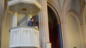Juha Hostikka i Lovisa kyrkas predikstol.