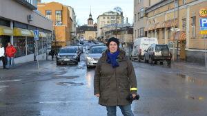 Citygruppens Linda Lindroos på Storgatan i Jakobstad