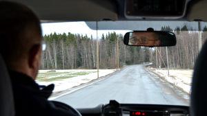 Foto taget från baksätet i Harry Håkans taxi. Han kör på Vallgrundvägen som är fullt med lappning.