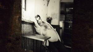 Milka Alanen porträtterar tavernaägaren och fiskaren Markos Velalopoulos