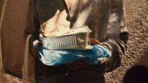 Detalj av Milka Alanens foto på utsatta greker