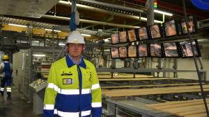 Direktör Mika Åby vid nya ströläggningsmaskinen
