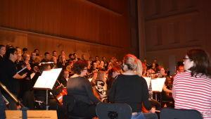 Jakobstads sinfonietta övar med körer och solister inför musikalkonserten