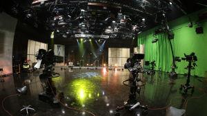 Iso televisiostudio, kameroita ja vihreä kangasseinä