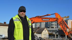 Forskaren Esa Mikkola från Museiverket leder de stadsarkeologiska utgrävningarna i Jakobstad