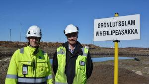 Driftschef Björn Åkerlund vid Alholmens Kraft och miljövårdschef Kari Saari vid UPM i Jakobstad