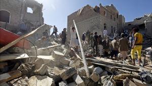 Förstörelse efter saudikoalitoinens bombningar i Jemen