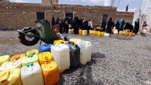 Jemeniter väntar på att få fylla vattendunkar i huvudstaden Sanaa den 9 maj 2015.