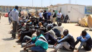 Afrikanska migranter på en armébas i Tripoli, Libyen, efter att ha blivit räddade från en båt som försökt ta sig över Medelhavet till Europa.