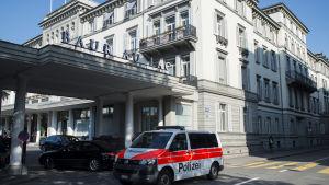 Polisrazzia utanför det schweitziska hotellet där Fifa-chefer greps.