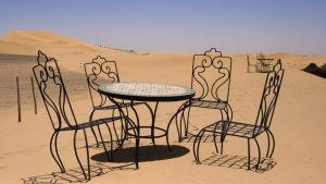 tuolit ja pöytä hiekka-aavikolla