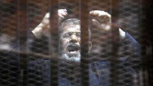 Mohammed Morsi i de åtalades bås i rätten i Kairo.