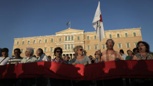 Demonstranter utanför det grekiska parlamentet i Aten.