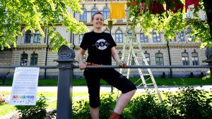 Heidi Lunabba hänger upp tvätt på Ateneums gård för människors lika värde.