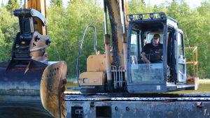 Severi Lahti från Tuuri muddrar