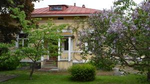 Träbyggnaden renoveras för daghem och kök och matsal för äldre