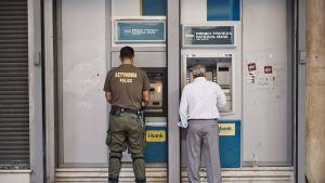 Greker lyfter kontanter i Aten 5.7.2015.