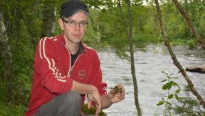 Mattias Kanckos med en flodkräfta