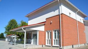 Tenala filialbibliotek flyttar till den nya daghemsbyggnaden på Sockenvägen 12, öppnar 17.8.2015.