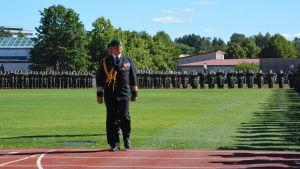Brigadkommendör Törner inspekterar trupperna på Centralidrottsplan i Pargas.