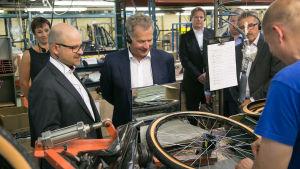 Republikens president Sauli Niinistö besökte Helkama Veloc fabrik i Hangö. Till vänster vd Jari Elamo.