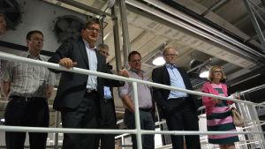 Riksdagsmän, kommuntjänstemän och andra betraktar produktionslinjen vid Snellman Ab i Jakobstad