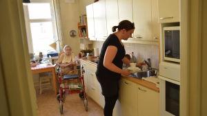 Hemvårdaren Jenni Klippa hemma hos 92-åriga Göta Wallin