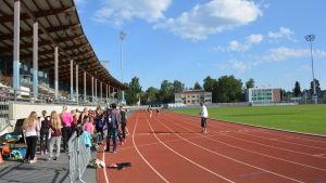 Skolelever på gymnastiklektion på Centralplan i Jakobstad