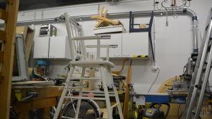 Restaurerad barnstol i verkstaden