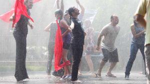 Mies seisoo sateessa