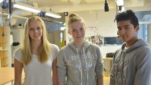 (från vänster till höger) Clara Wirta, Amanda Eriksson och Alexander Lundström är alla positivt inställda efter deras första nyhhetsskoldag.