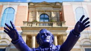 En staty föreställande Richard Wagner av Ottmar Hoerl utanför Bayreuth Festival Theater