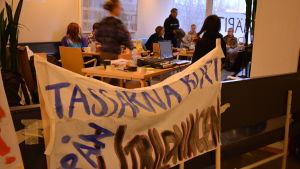 Studenter och personal vid Åbos utbildningar ockuperar byggnad i protest mot nedskärningar